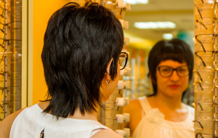 Какие очки купить? Кто-то сталкивается с этим вопросом еще в школе, кто-то уже во взрослом возрасте, когда появляются проблемы со зрением. В любом случае подбор очков – это ответственный вопрос, включающий множество нюансов, начиная рецептом, заканчивая эстетическим моментом. Кому же хочется носить очки, которые не подходят к форме лица, слишком меняют внешность и только портят? […]