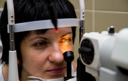По данным Международного агентства по профилактике слепоты, примерно 284 миллиона человек имеют проблемы со зрением, из них 39 миллионов не видят вовсе. В нашей стране, по экспертным оценкам, плохо видит каждый второй взрослый, а каждый третий ребенок к окончанию школы испытывает проблемы с глазами.  При этом около 80% случаев слепоты можно было бы предотвратить, […]