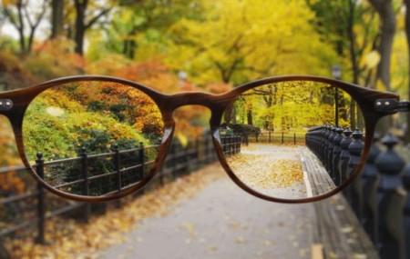 Из огромного числа людей, носящих корректирующие очки, большинство совершает тяжкое преступление практически ежедневно: протирают свои очки рукавом или краем своей одежды, предварительно подышав на линзы. Из-за этого линзы повреждаются и ухудшается видимость. Однако, есть отличные способы для сохранения чистоты очков в течение дня. ✔ Самое простое и удобное решение проблемы — приобрести в магазине оптики […]